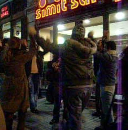 танцы на улице Истикляль в Стамбуле