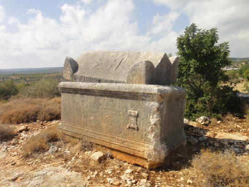 Элаусса Себасте гробницы
