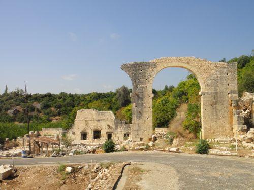 Айяш и Элаусса Себасте ворота