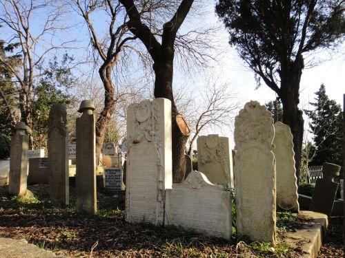 кладбище на склоне горы около пьер Лотти