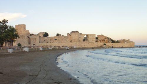 крепость корикос кызкалеси со стороны пляжа