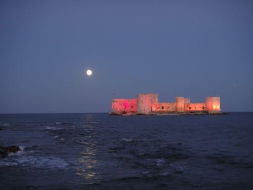 крепость кызкалеси девичья ночью