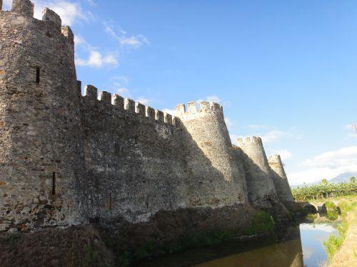 крепость мамуре mamure kale внешние стены и ров