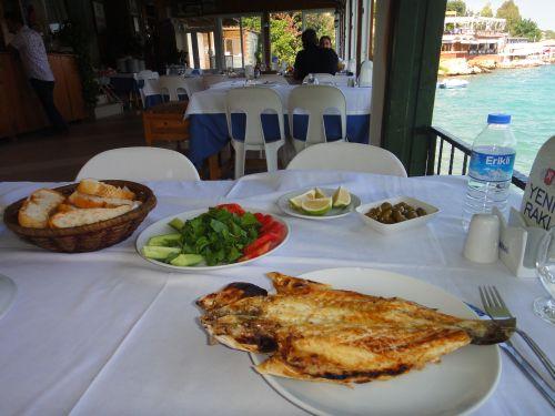 Нарлыкую обед в рыбном ресторане