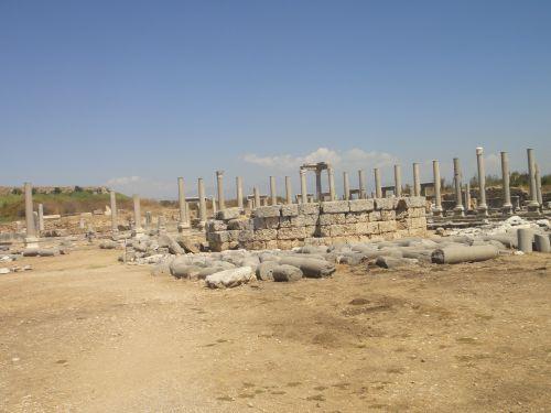 Агора в Перге с храмом в центре
