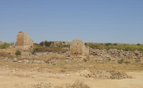 городские стены в Перге