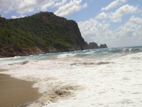 шторм на пляже Клеопатры в Аланье
