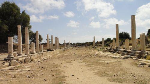 Сиде улица с колоннами